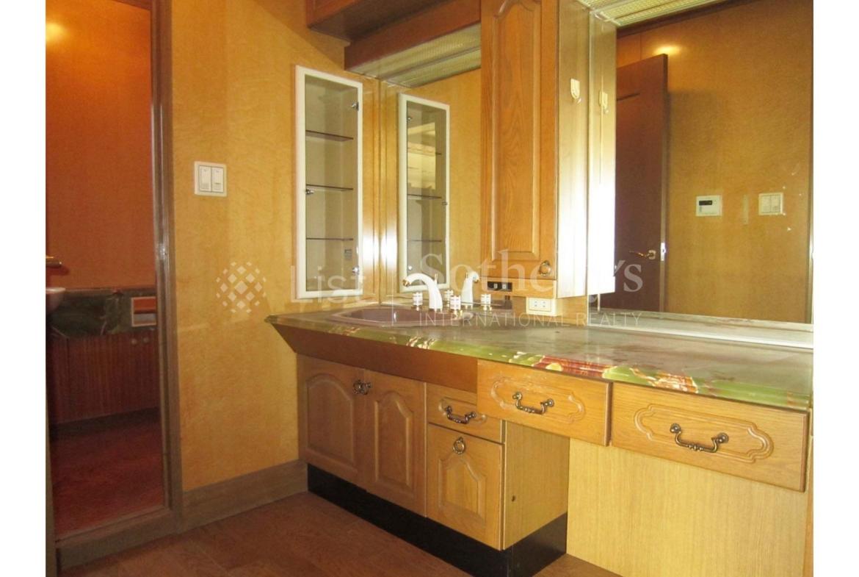 Kugahara House, luxury home in Ota-Ku, Tokyo, Japan | A Bathroom | Sotheby's International Realty | Finest Residences